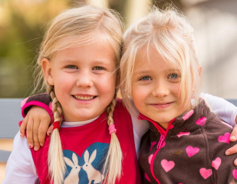 Kindergartenfotografie - beste Freundinnen